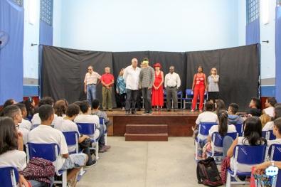 Grupo se apresenta em escola no Rio
