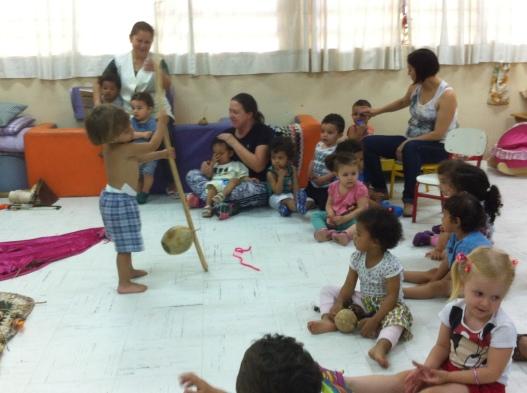Criança brinca com berimbau recém contruído