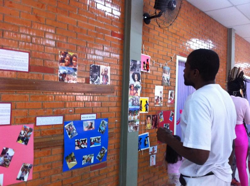 Mestre Eduardo Jacaré vê exposição de projeto no corredor