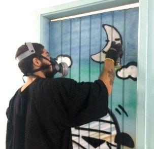 Grafiteiro faz arte em porta a pedido de educadora