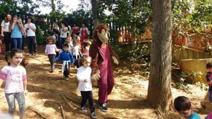 Lobo Mau e seus amigos visitam escola para projeto de professora em SP