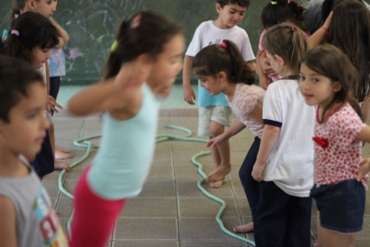 Educadora física ensina movimentos possíveis em sala de aula