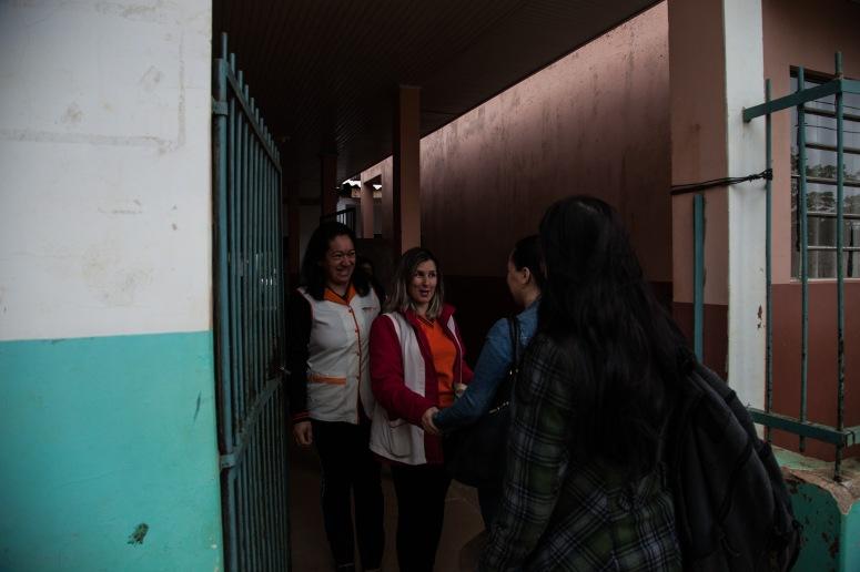 Professora Cleonice e colega recebem voluntárias no interior do Paraná